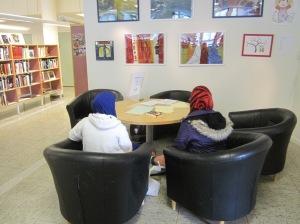 Höslovslediga ungdomar skriver poesi på Biskopsgårdens bibliotek