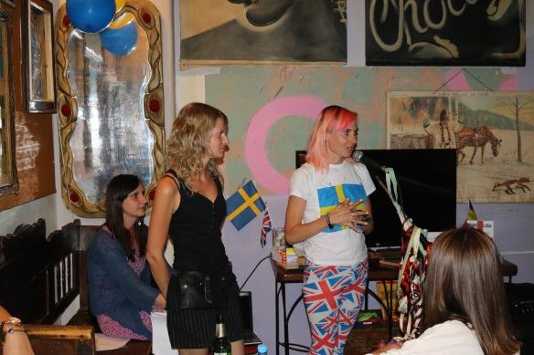 Svenglish-lansering i Rumänien. Från vänster filmskaparen Adriana Sabau, tolken Oana Lucas och författaren Louise Halvardsson.